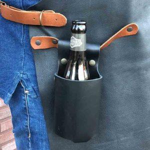 Flaschenholster von McBrikett schwarz mit Bier