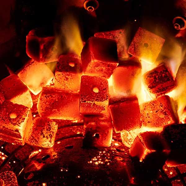 KOKOKO CUBES Grillkohle von McBrikett glühen im Kugelgrill