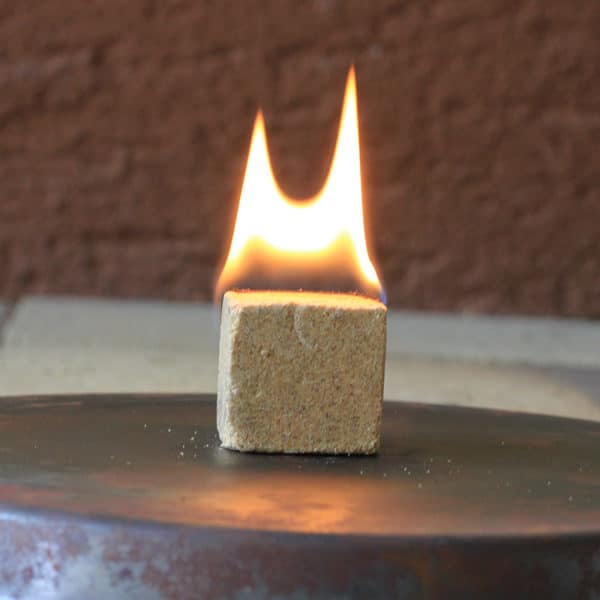 Brennender ÖKO-ANZÜNDER Anzündwürfel aus Holzspänen und Wachs von McBrikett