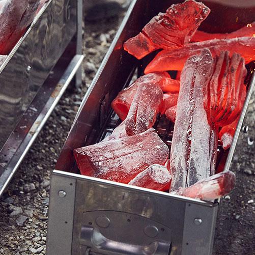 glühende WHITE COAL Binchotan - Premium Holzkohle im Tischgrill
