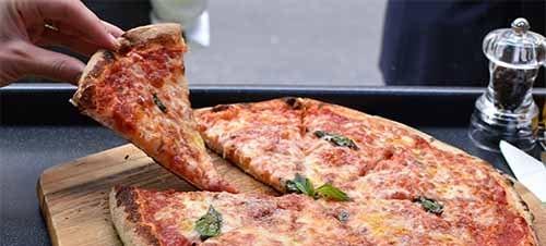 Pizza auf dem Grill zubereiten - gegrillte Pizza