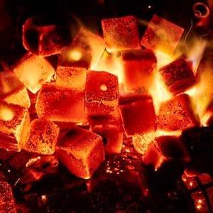 KOKOKO CUBES Kokoskohle zum Grillen glühen in einem Weber Kugelgrill