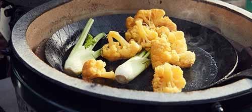 Gemüse in einer Grillpfanne gegrillt mit Kokoskohle